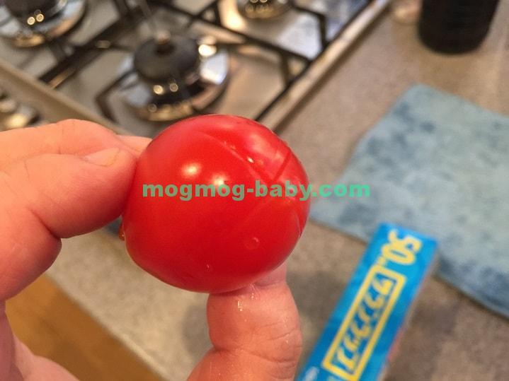 十字に切り目を入れたトマト