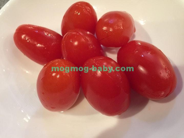 十字の切り目を入れたたくさんのプチトマト